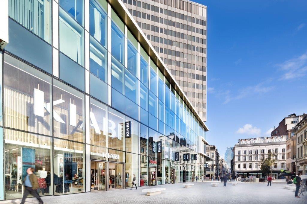 In plaats van zich zoals voorheen terug te plooien in een interne galerij, zijn de commerciële ruimtes nu volledig geënt op het omliggende publieke domein. (Beeld: Nathalie Van Eygen)