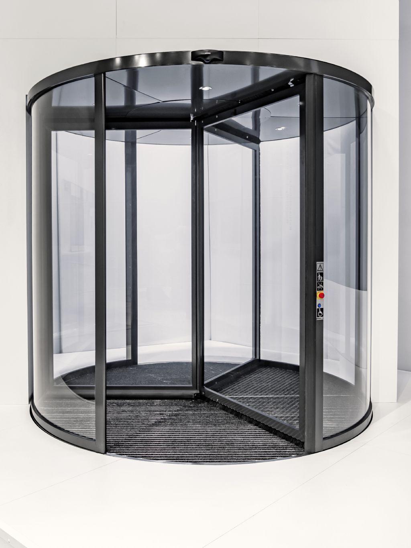 GEZE a lancé Revo.PRIME, une nouvelle solution pour portes tournantes avec une hauteur de store exceptionnellement basse et des profils minces.