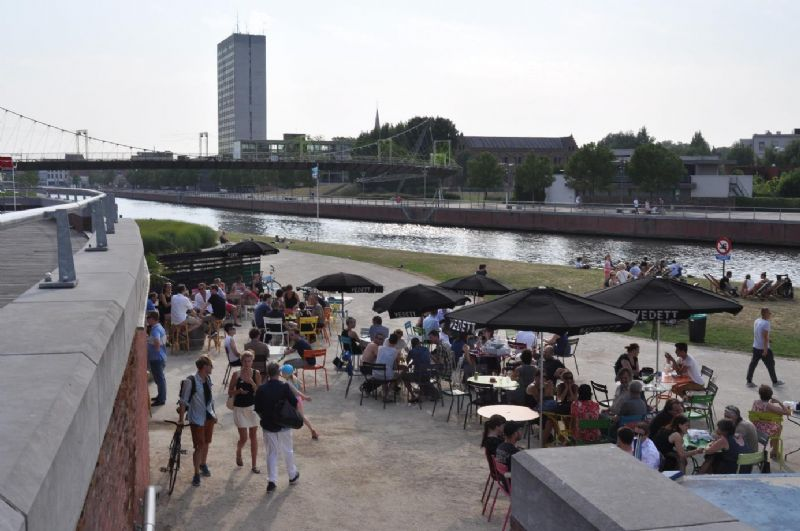 Kortrijk: Heraanleg van de Leieboorden, één van de meest geslaagde stedenbouwkundige projecten in Vlaanderen. Op de achtergrond de Collegetoren die binnenkort wordt gesloopt en vervangen door een woontoren.