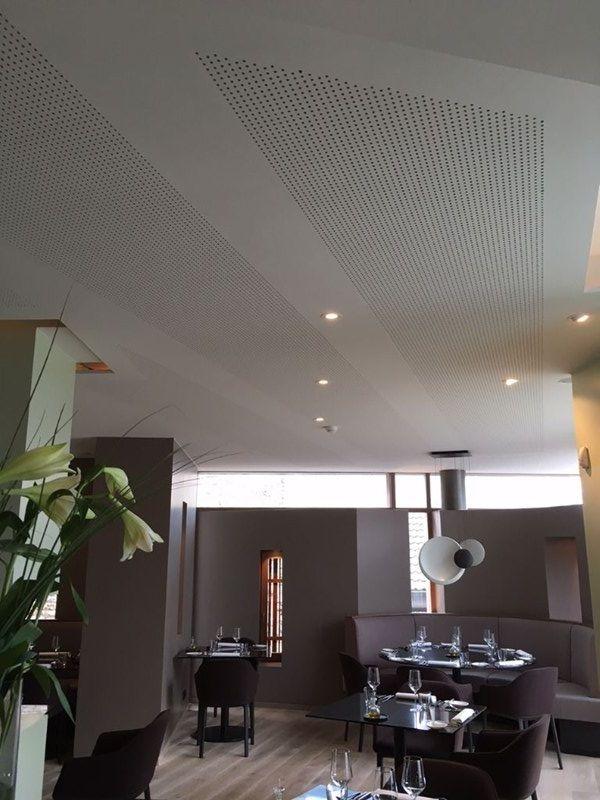 De plafonds van het restaurant zijn uitgevoerd met geperforeerde Rigitone® SF 8/18 R-platen om zowel een visuele dynamiek als een uitstekende akoestiek te creëren.