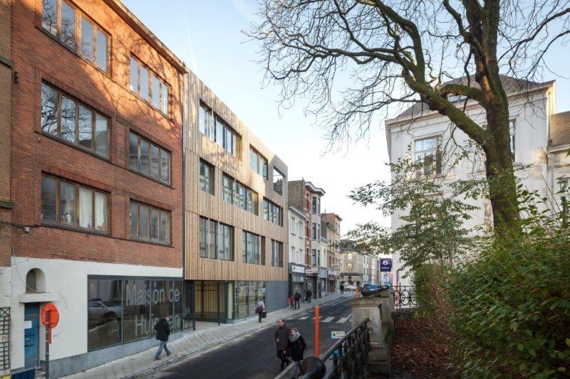 Het Jobhuis werd ingepast tussen bestaande gebouwen, waardoor de beschikbare ruimte op de werf zeer beperkt was. (Foto: Stijn Bollaert)