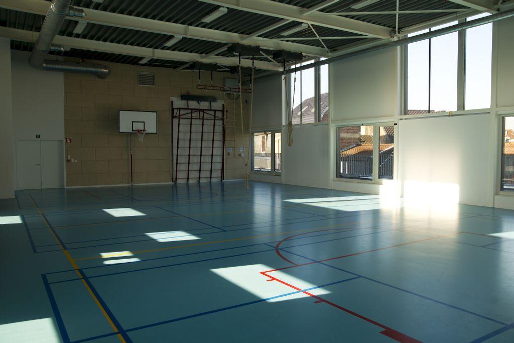Een intelligent toegangscontrolesysteem maakt dat de sporthal van Basisschool De Vier Winden in Molenbeek na schooltijd te gebruiken is door bevoegde buurtbewoners.