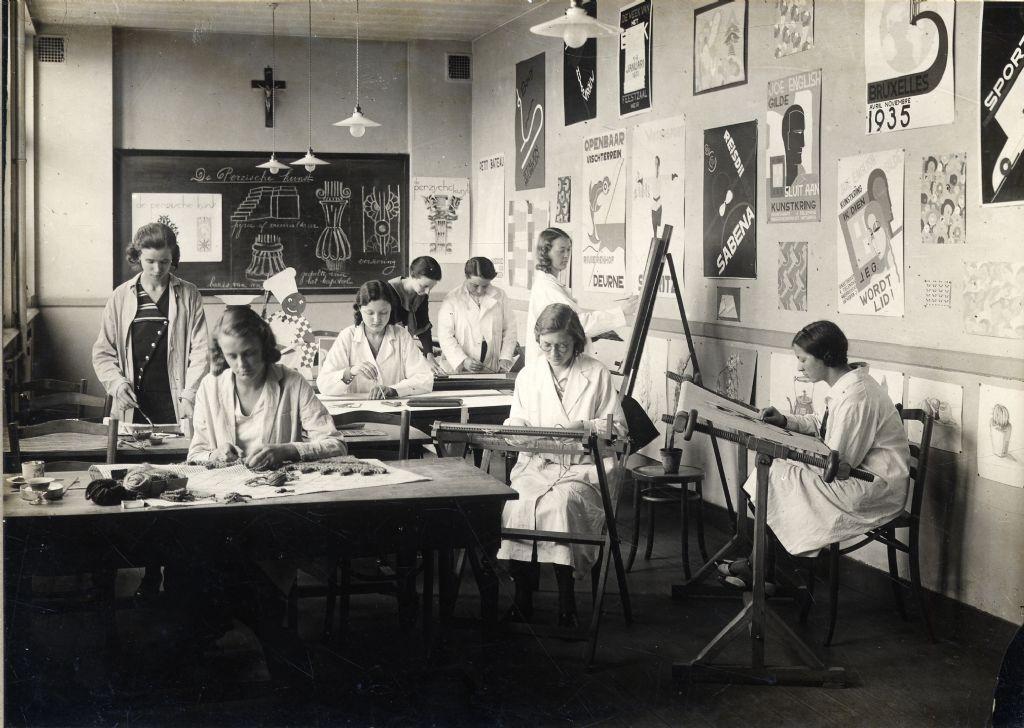 Een klasfoto met o.a. Marthe van Coppenolle aan het Technisch Instituut van Sint-Maria in Antwerpen, ca. 1930.