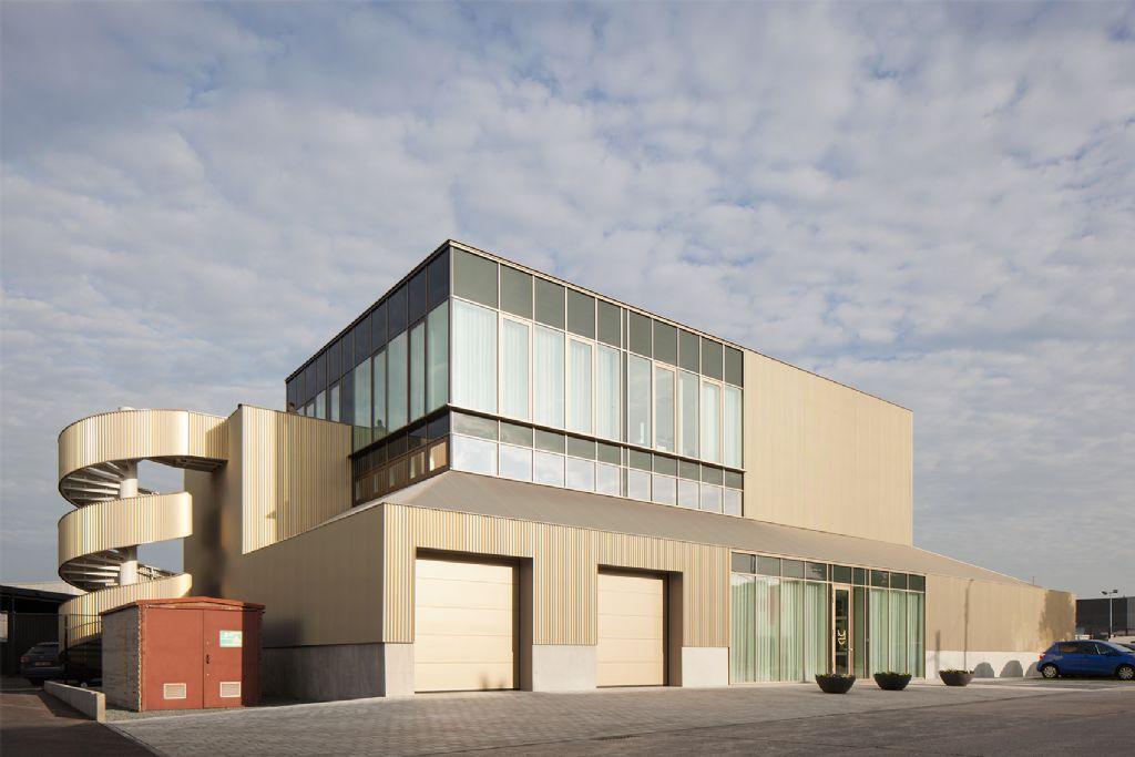 Machelen is sculpturaal ensemble rijker met nieuwe werkliedenloods (WE-S architecten)