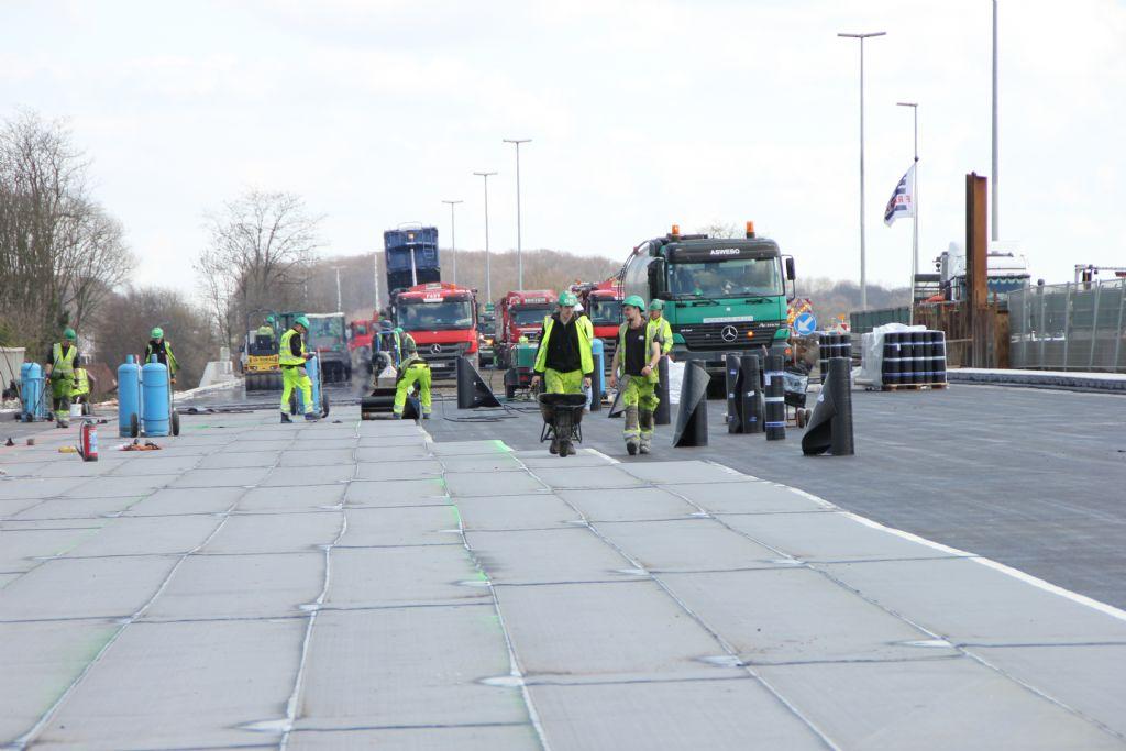 Nieuwe bruggen tweemaal sneller waterdicht dankzij mini-macaden