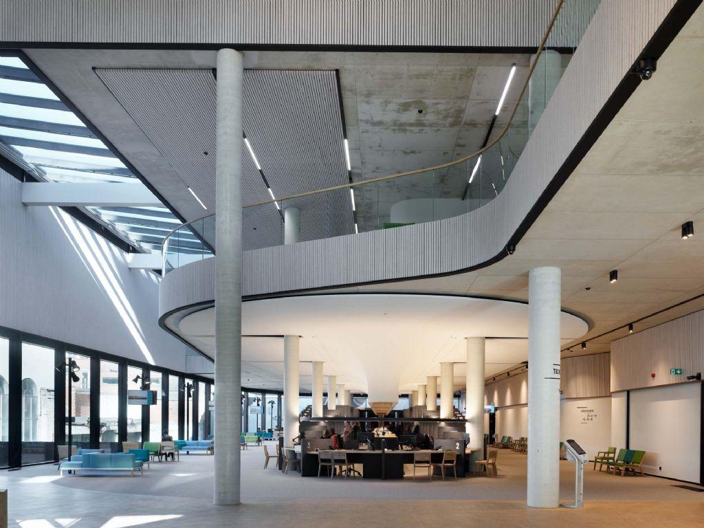Esthetische continuïteit en optimale akoestiek met vilten plafond én wand als één geheel