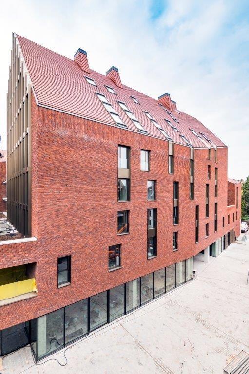 Het Ursulinenhof sluit perfect aan op het Groenplein en voegt nieuwe publieke ruimte toe in de vorm van een doorsteek naar de Schrijnwerkersstraat.