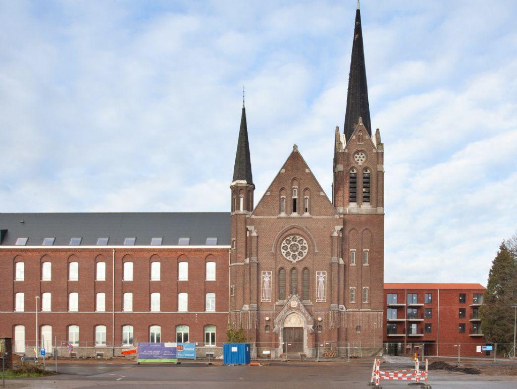 De neogotische kerk is en blijft de blikvanger én het kloppend hart van de site.