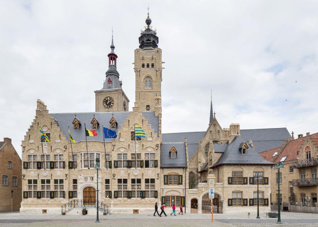 Restauratie stadhuis Diksmuide: van gesloten en donker naar open en modern
