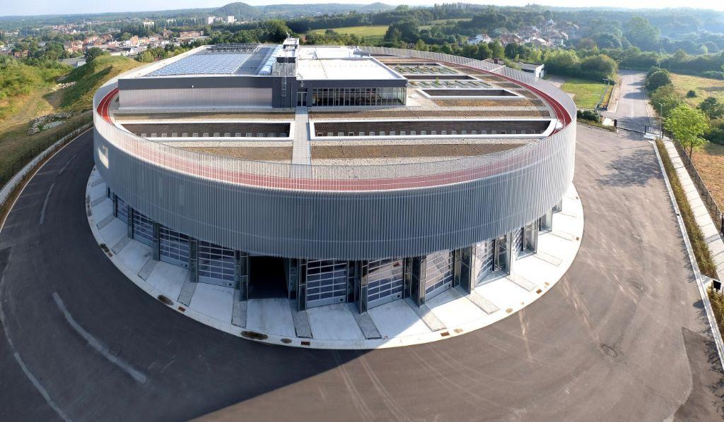 Au dernier étage, une piste d'athlétisme extérieure fail le tour du bâtiment et proposant des vues spectaculaires sur la région.