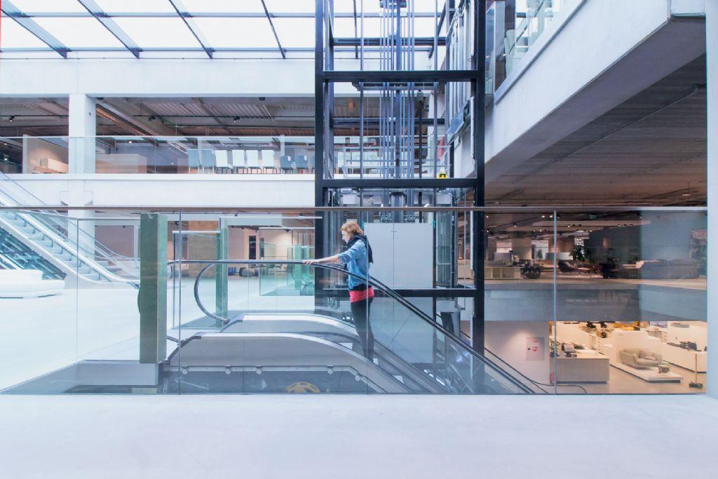 Panoramische lift Schindler past in vernieuwde winkelconcept Top Interieur