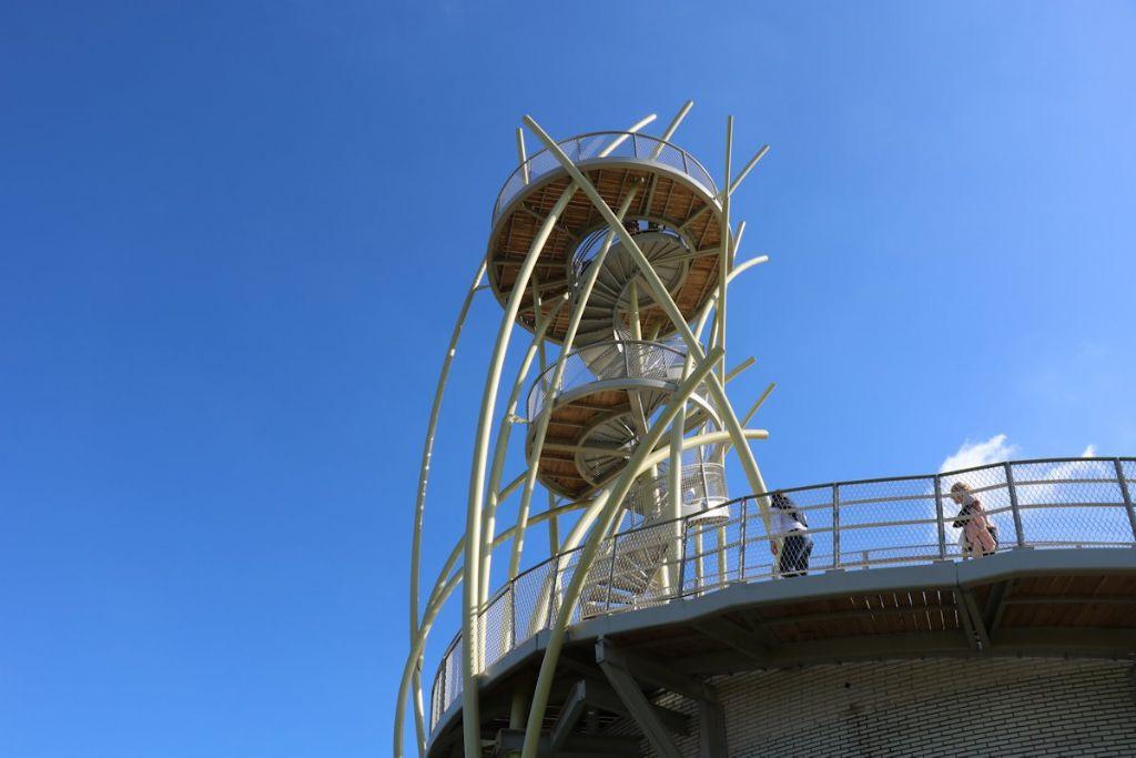 La structure de la tour est composée de tubes galvanisés et laqués. Elle soutient un escalier en colimaçon, une plateforme de repos et la plateforme panoramique.