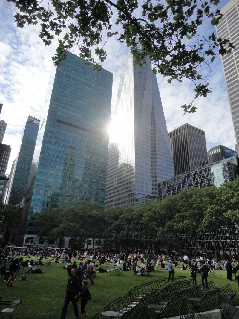 """""""Bryant Park biedt vier hectaren boordevol en boordeleeg stedelijke rust, een groen eiland op een groot eiland in de wereldstad, een plek, die nog sterker werkt dan Central Park."""""""