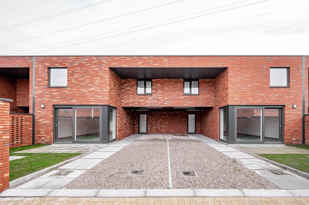 Architecten Groep III ontwerpt compacte, lichtrijke sociale woningen in Izegem