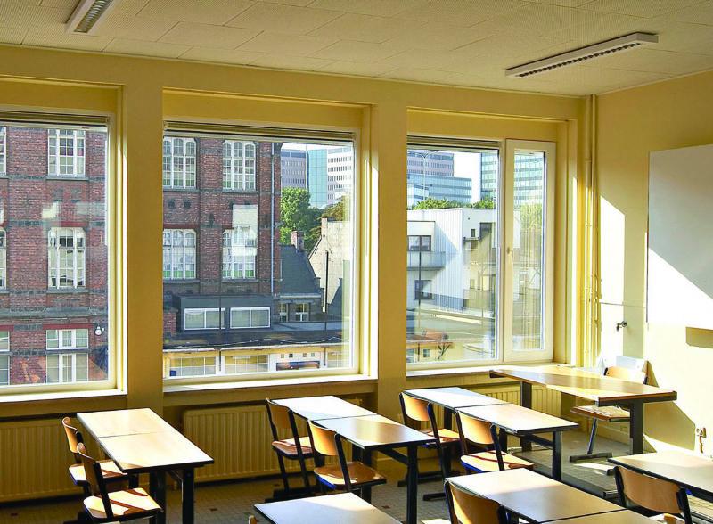 Ventilatieroosters AR75 in de ramen van het Sint-Geertruidinstituut in Gent.