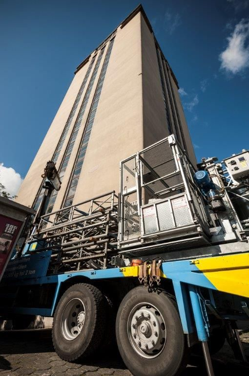 Met water onder hoge druk wordt het buitenste deel van de betonschil eerst af de constructie gespoten (hydroafbraak). Nadien wordt er een nieuwe laag zelfverdichtend beton tegenaangestort.