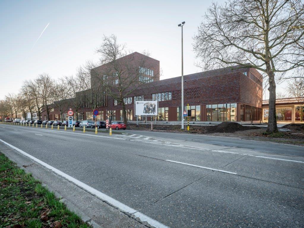 De nieuwe kunstencampus flankeert de Hasseltse Grote Ring. De ateliers op de eerste verdieping gaan gedeeltelijk schuil achter een claustragevel. (Beeld: Sepp van Dun)