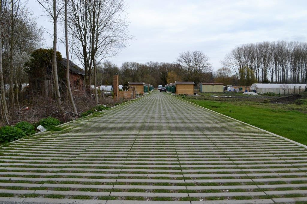 In de zone van de volkstuintjes is een grasbetontegel toegepast die 50 % grasgroei toelaat.