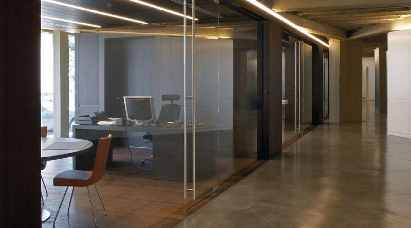 Glazen binnenwand die de scheiding vormt tussen volumes binnen een gebouw.
