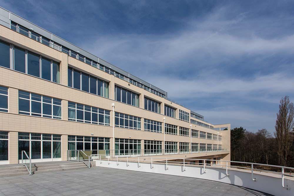 Qua uitzicht gelijkt het nieuwe woonzorgcomplex zeer sterk op het sanatorium Joseph Lemaire: glas, stalen raamprofielen, beton en witte tegels.