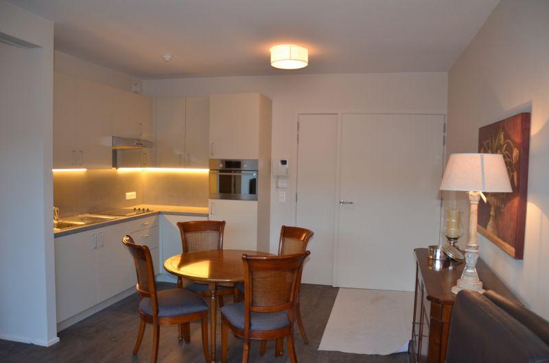 De assistentiewoningen bevatten elk een leefruimte met eet- en zitgedeelte, een ruime bad- en slaapkamer, een mooi terras en een ingebouwde keuken met microgolfoven, ijskast en vaatwasmachine.