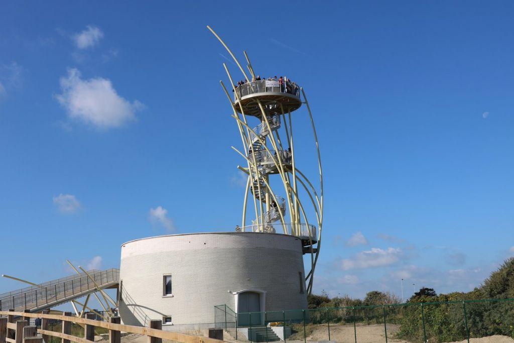 Het eerste uitkijkplatform op 7 meter hoogte is toegankelijk, wie 72 tredes hoger klimt komt op het panoramaplatform.