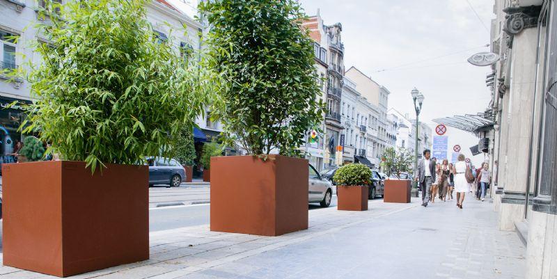 Ook de Brusselse Louizalaan werd verfraaid met plantenbakken in Cortenstaal van de hand van WALFiLii.