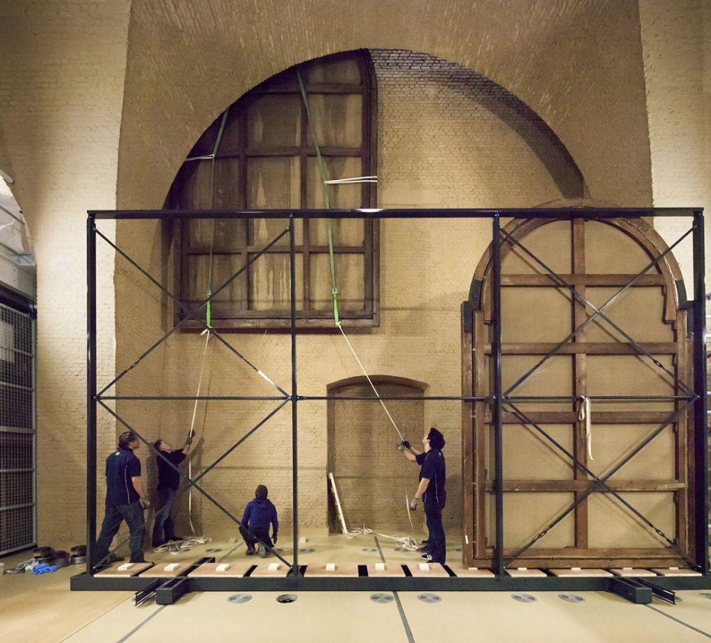 """""""Extra grote schilderijen, groter dan de al hoge deuren, kunnen van het depot naar de bovenste verdiepingen gebracht worden door één van de originele negentiende-eeuwse openingen."""""""
