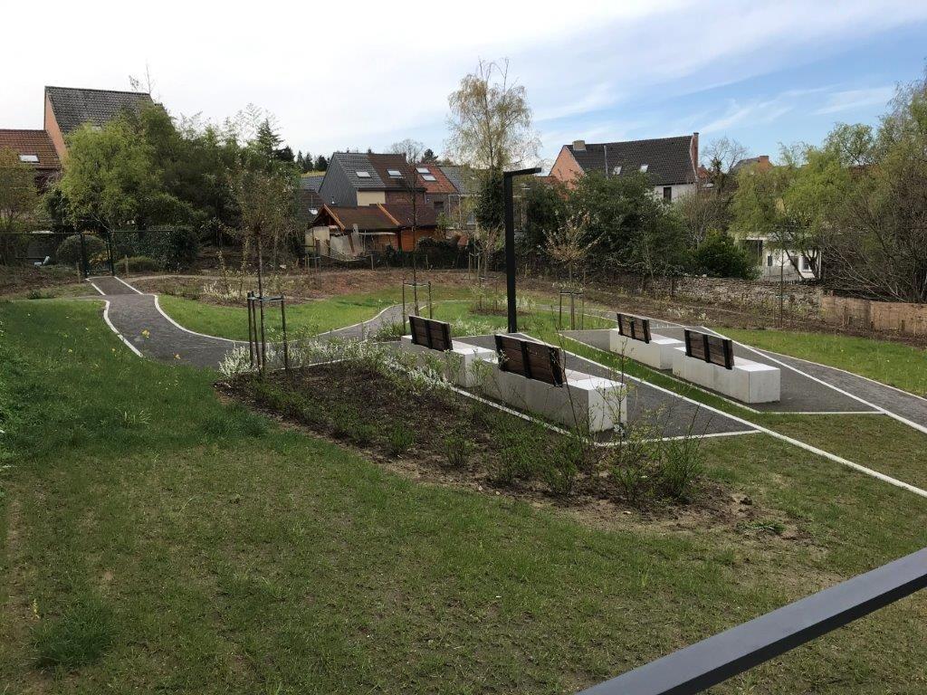 In het groene binnengebied is er – op enkele gemarkeerde plekken die aansluiten bij het centrale pad – plaats voor spel, verpozing en sociale interactie. (Foto: a33 architecten)