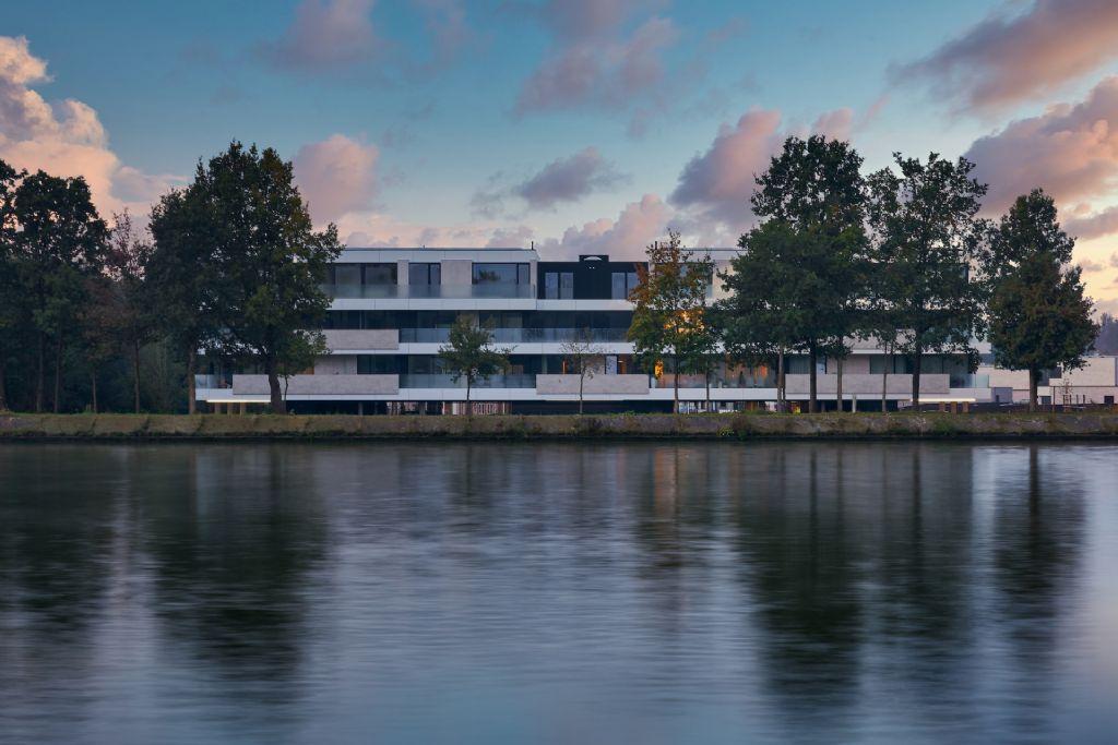 Rustig wonen omringd door groen en water in Riva van MaMu Architects