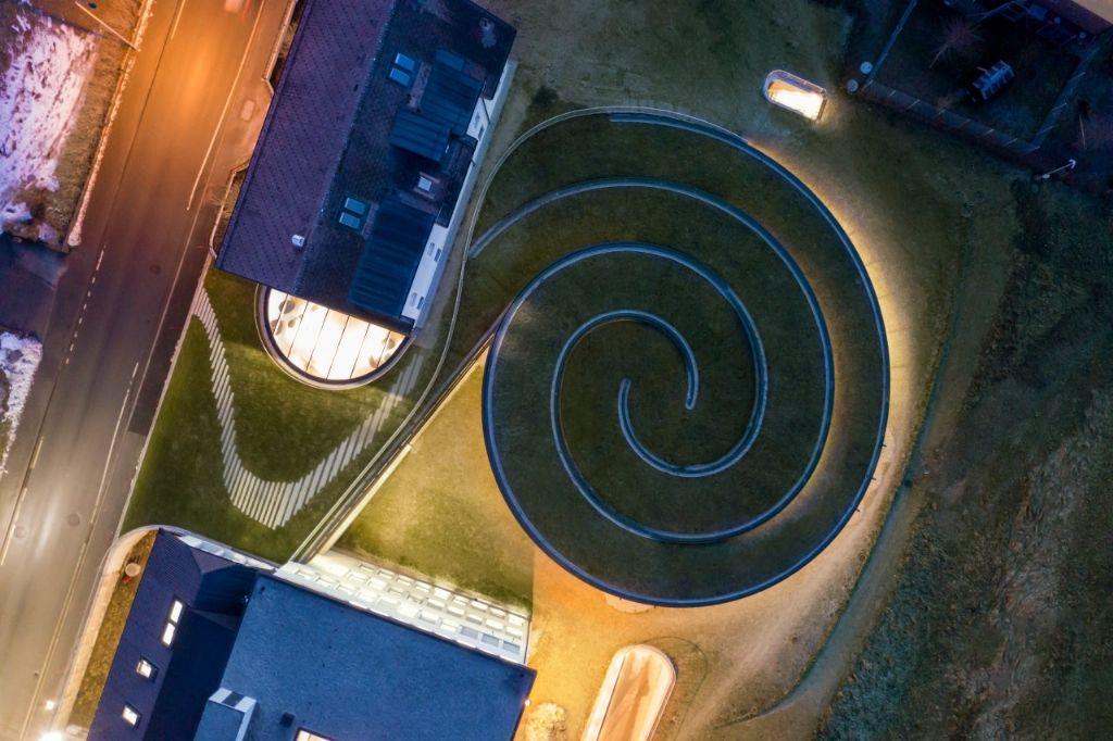 Du haut, la forme en double spirale de la structure est clairement visible.