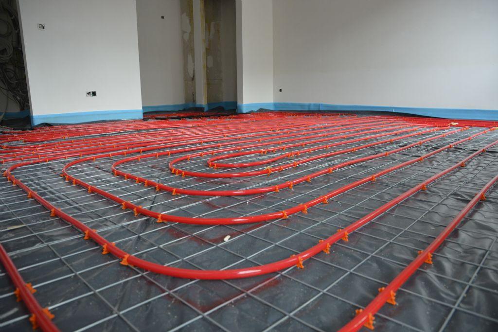 De buizen van de staalnet vloerverwarming kunnen de contactgeluidsisolatie niet doorprikken of beschadigen.