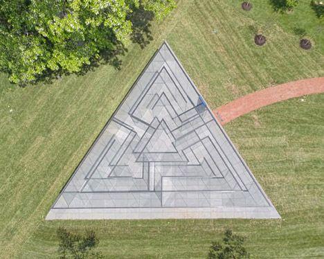 Het labyrint is opgevat als een driehoek.