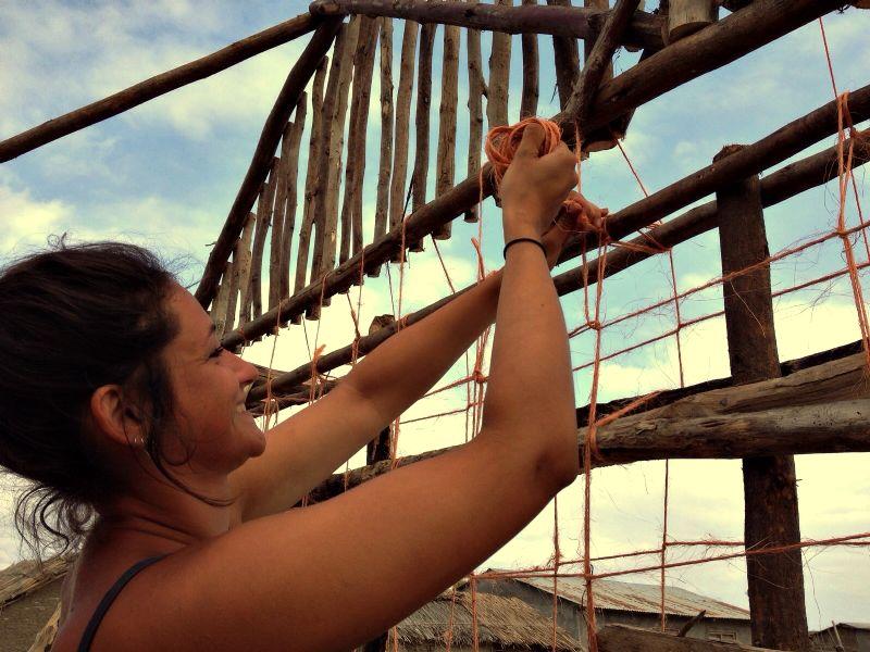 Studente Carmen Martens aan het werk in Tanzania.