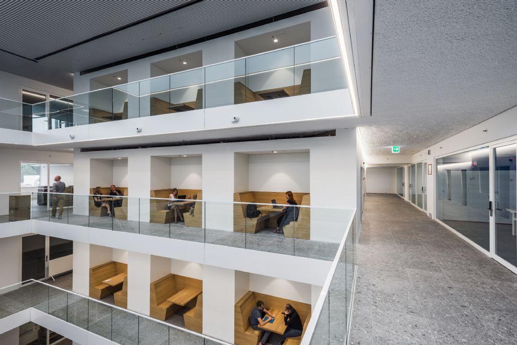Het omvangrijke atrium is het kloppende hart van de nieuwe T2-campus.