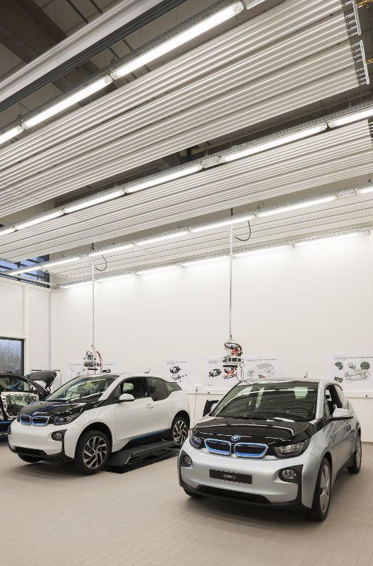 De ZIP-plafondstralingspanelen doen visueel dienst als plafond in de erg hoge industriële ruimte.