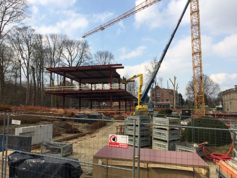 Het plaatsen van de staalstructuur voor het onthaalpaviljoen neemt zo'n drie weken in beslag.