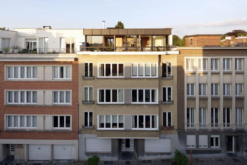 Comme une maison individuelle sur le toit d'un immeuble à appartements