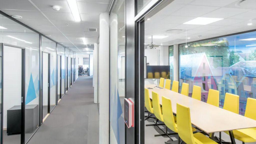 Hoe akoestische plafond- en  wandoplossingen het rendement op  kantoorgebouwen kunnen verhogen
