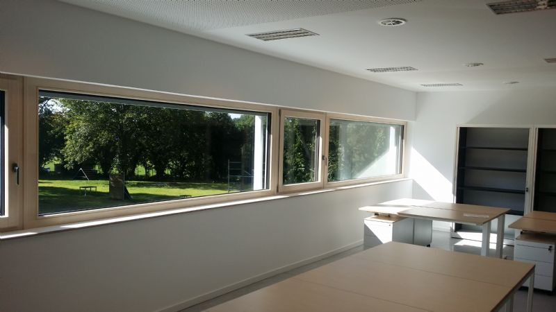 Les principales fonctions du bâtiment administratif se situent à l'étage. Une généreuse baie horizontale ouvre la vue sur la parcelle et les aires d'entraînement.