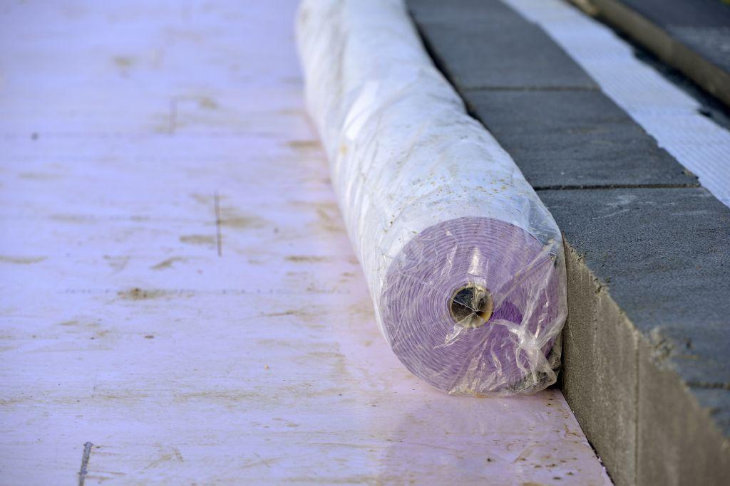 Un non-tissé imperméable JACKODUR® WA va être déroulé sur toute la surface du toit. Il permettra à la majeure partie des pluies d'être évacuée.
