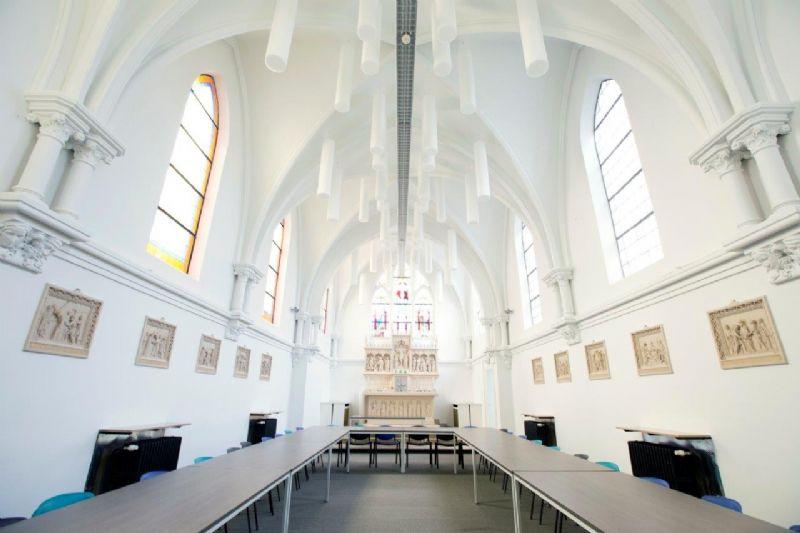 Kapel wordt klaslokaal: Absorber Rondo-S, met spiraaloog verticaal gemonteerd als plafondbaffel.