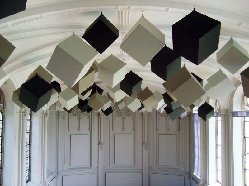 Kapel wordt vergaderruimte: Kubus, speelse akoestische elementen in kubus-vorm.