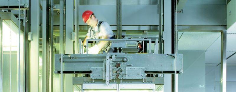 Bij het activeren van het TSD-mechanisme op het kooidakplatform ontstaat boven de liftcabine bovendien een vrije sta- of werkruimte die 1,80 meter bedraagt.