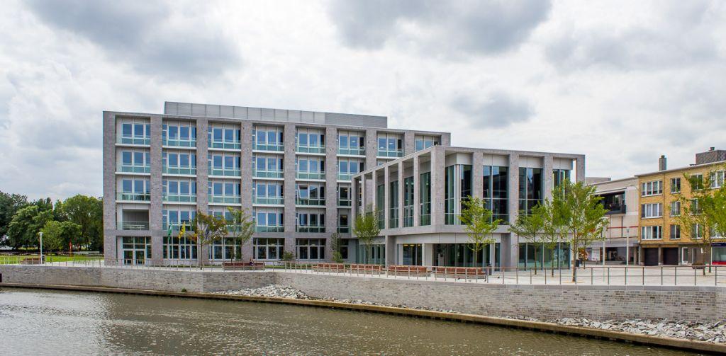 Stadskantoor Leiespiegel vervult een cruciale functie in het Deinze van de eenentwintigste eeuw. (Foto: VK Architects & Engineers)