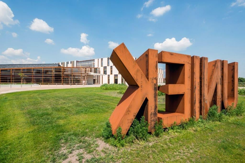 Het in het oog springende cortenstaalkunstwerk in de voortuin liegt er niet om: het nieuwe Ziekenhuis Maas en Kempen in Maaseik is een uniek staaltje zorgbouw. (Foto: Marc Sourbron)
