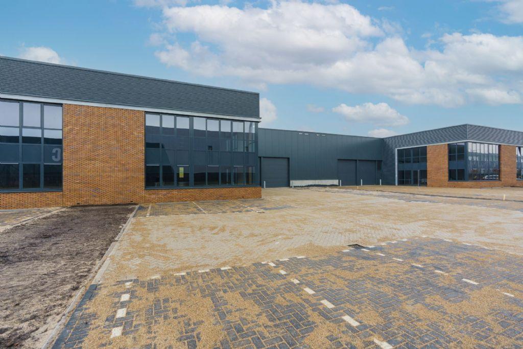 Onderhoudsarm staal in Nederlands bedrijvenpark