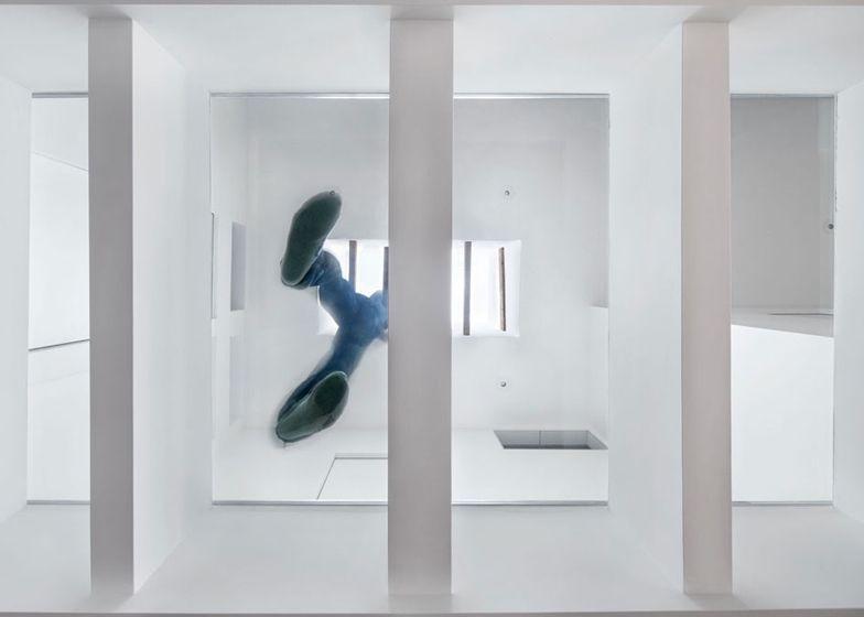 Het huis heeft een stuk glazen vloer op de eerste verdieping.