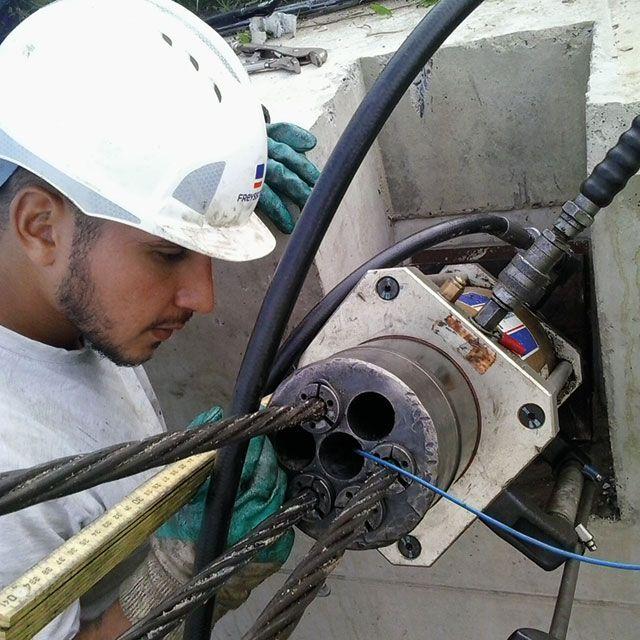Recuperatie van de meetkabel (blauwe kabel) tijdens de voorspanning van het grondanker.