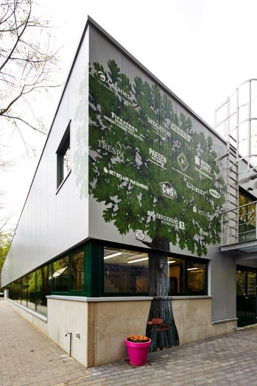 De namen en logo's van alle sponsorende bedrijven zijn vereeuwigd in een symbolische boom op de gevel van het complex.